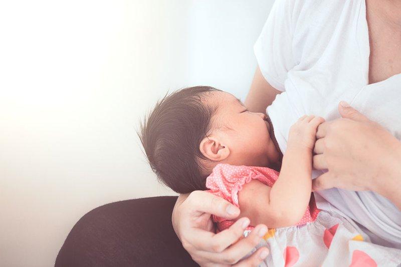 Vì sao nên nuôi con bằng sữa mẹ hoàn toàn trong 6 tháng đầu?
